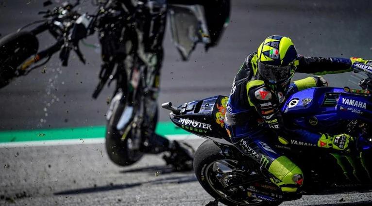 Valentino Rossi Bermain Judi Bola Online Di Sbobet88 Disaat Terjadi Kecelakaan Maut